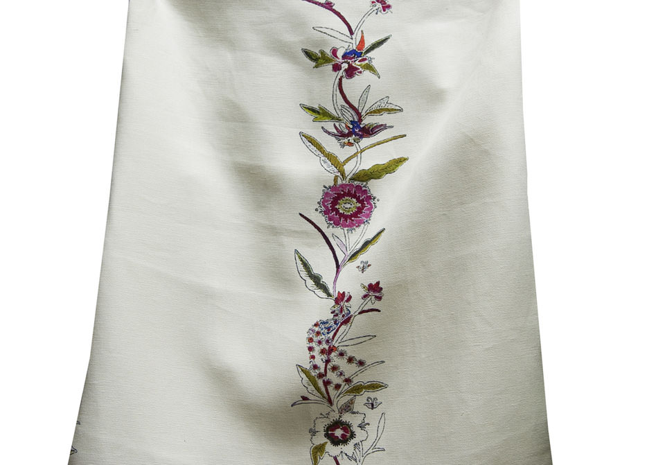 Disegno: Miao Embroidery e Miao Flower. Stampato su lino pesante color crema. - Design: Miao Embroidery & Miao Flower. Printed on heavy linen cream color.