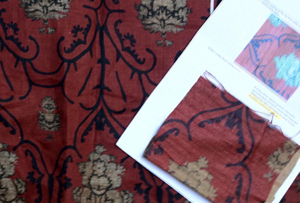 Disegno: Treillage red tussah seta. Tirella di prova per ottenimento stesso colore su lino voile - Design: Treillage red on tussah silk. Strike off for obtaining same colors on linen voile.